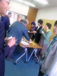 yukoさんの指導で、オイルのテイスティングを教わりながら、楽しく交流しました。