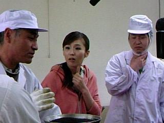 菜の花生産組合の小林さんの話を聞く、にしおかすみこさん(中央)と宮入アナ(右)