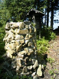 猿ヶ城風穴調査委員会により復元されたのろし台